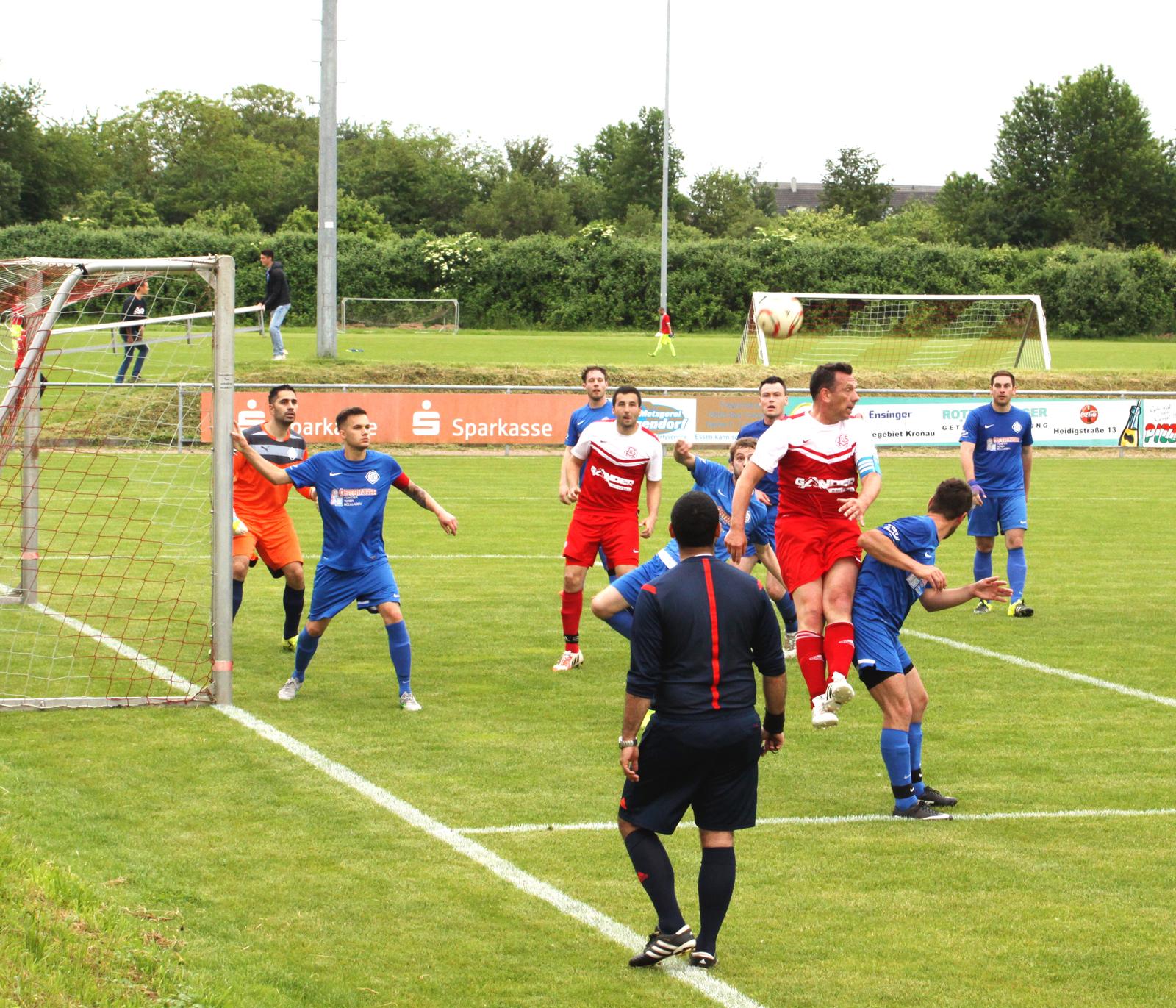 Im letzten Saisonspiel der TuS-Reserve gegen den FC Östringen II mischte Coach Andreas Schmidt noch einmal selbst aktiv mit und zeigte u.a. bei dieser Strafraum-Szene seine Qualitäten.
